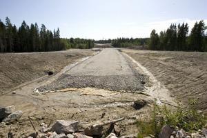 Två och en halv mil nya E 4 byggs mellan Enånger och Hudiksvall, och en del småvägar skärs av. Vägverket bygger nya, såväl allmänna som enskilda.