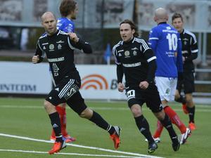 Sundsvalls Roger Risholt (till vänster) jublar efter 1–1-målet i torsdagens fortsatta allsvenska match mellan Åtvidabergs FF och GIF Sundsvall på Kopparvallen i Åtvidaberg. I bakgrunden Johan Eklund.