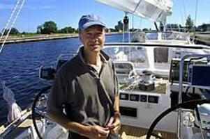 Foto: NICK BLACKMON Vid rodret. Har man mycket pengar och segelintresse kan man göra som Willem Mesdag. Han har precis varit i Jakobstad i Finland och hämtat sin 65-fots Swanbåt, designad efter egna önskemål. Prislapp: En väldans massa miljoner...