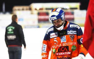 Andreas Westh lämnade isen i besvikelse efter kvartsfinaluttåget mot VSK i februari. Nu hoppas han på positiva nyheter i hallfrågan i Bollnäs.