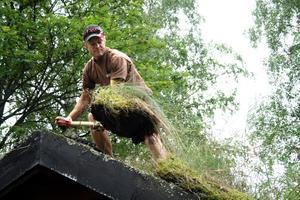 Första spadtaget. Markus Gillberg hjälper Hallsbergs hembygdsförening med renoveringen av taket på smedjan vid hembygdsgården.