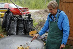 Ulla Fernlund höll till vid grillen och  wokpannan under kvällens gång.