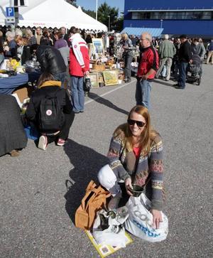 SHOPPAT. Emilia Ölander från Gävle gjorde en snabb visit vid loppisen i Valbo.