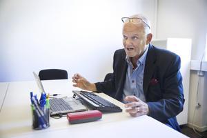 Björn Klingmalm på arbetsförmedlingen godkände flera placeringar av långtidsarbetslösa i fas 3 på sin väns företag.
