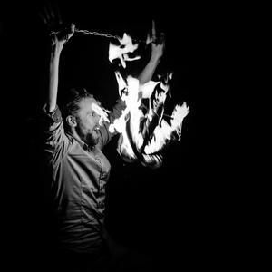 Erik från Gycklargruppen Trix leker med elden under årets Earth Hour på Bondtorget i Västerås