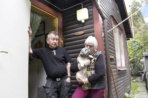 Vid ytterdörren har Lars och Gun Johansson monterat en lampa som tänds när någon kommer nära.