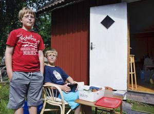 """kassörer. Tvillingarna Emil och Axel Eriksson, 10 år, tar betalt på scouternas loppis i Österbor. """"Roligast är när det kommer mycket kunder"""", säger killarna."""