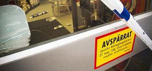 En anställd i butiken skadades i huvudet vid det brutala yxrånet. Rånarna kom undan med en okänd summa pengar men hade lämnat DNA-spår efter sig.