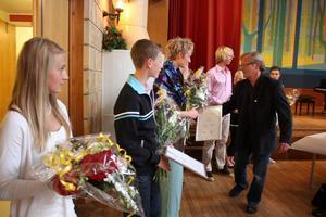 Kommunstyrelsens ordförande Lennart Eriksson fanns med vid utdelningen av stipendierna.