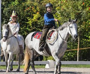 Cowboy Ida Kjeller på Cindy och indianen Linna Backlund på Otto.