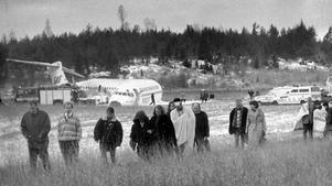 Den första bilden efter Gottrörakraschen 1991 visar hur kaptenen och passagerarna livs levande kan promenera från olycksplatsen med planet kvaddat i bakgrunden.