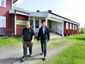 Biobesökarna i Gåxsjö hembygdsgård har nu mycket aktuellare filmer att ta del av. Magnus Svensson och Kay Prins har jobbat med att få tekniken på plats.