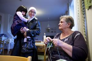 Maj Edfeldt är en av de frivilliga som hjälper flyktingarna i Utansjö. Hon stickar vantar, det har blivit ett 30-tal sedan flyktingarna anlände.