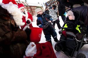 """Oskar Karlberg, 4 år, och lillebror Oliver,      2 år, från Siljansnäs i Dalarna var på besök hos mormor i Östersund. Och då passade de på att hälsa på jultomten som bjöd på godis på Stortorget. """"Jag önskar mig spel och Byggare Bob-         leksaker, sa Oskar. Foto: Håkan Luthman"""