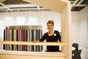 Laddar för nytt i höst. Annsofi Söderholm har skapat en egen hörna för rådgivning på Ikea . Tygproverna hänger på sin plats och Annsofi är laddad inför den nya uppgiften. Tyngdpunkten kommer att ligga på vardagsrum, men hon kan även hjälpa kunderna med inredning av andra rum.