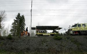 Dagens rallare åker ut över dagen, med verktyg och annat materiel på släp. Då får tågen vänta.