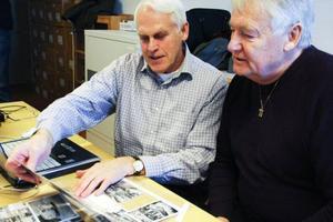 Sören Jonsson och Per Westermark träffas varje vecka för att få ordning på de tusental bilder som Konsum Jämtland skänkt till Jamtli.