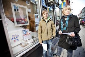 Olle Björkebaum gillar att det händer saker som drar människor till Östersunds centrum. Hans mamma Anita Roos tycker om idén att ställa ut konst i skyltfönster.