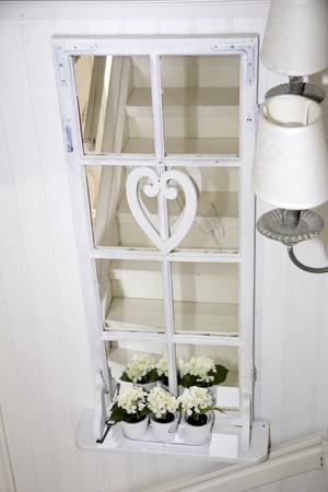 Det gamla fönstret har hittat sin plats i trappen till övervåningen.