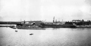 """""""Mira"""" från Helsingfors och Erik Brodins """"Arcturus"""" på Brynäsvarvet 1919."""