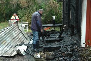 SNABBT. Efter någon minut markerar Kenzo att det finns spår av brännbara vätskor i brandresterna. Till föraren Lars Ekström ger då hunden skall.