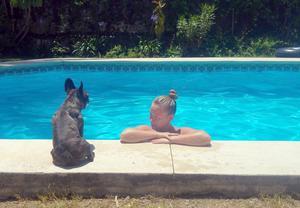 Caroline tar ett dopp i poolen och Märta tittar på.