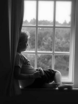 Här sitter Linus i ett av fönstren på Sörup Herrgård i Danmark. Mycket vacker miljö.
