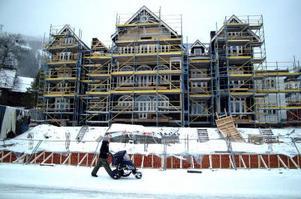 Byggbodarna är bortfraktade sedan veckor tillbaka på mångmiljonbygget Grand Residence i Åre. Personalen har varken toaletter, lunchrum eller omklädningsrum.  Nu kräver Arbetsmiljöverket att nya bodar – eller annan lösning – ordnas inom kort. Annars stoppas bygget.Foto: Elisabet Rydell-Janson
