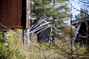 På området står en lada, ett garage och ytterligare ett uthus. Två av byggnaderna har delvis rasat.