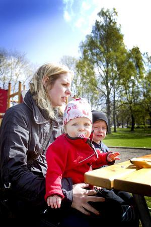 """ENDAST VIKTIGA SAMTAL. Emma Kalin med barnen Ebba, ett år, och Teo, fyra år. """"Nej, jag brukar oftast inte använda telefonen när vi är på lekplatsen. Det ska vara om jag har något viktigt samtal. Jag kan mejla och ringa när vi kommer hem  i stället, till exempel när barnen sover.""""Foto: Jenny Lundberg"""