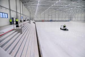 Längs huvudläktaren, som kommer att rymma cirka 1700 åskådare, har fyra platser tillgänglighetsanpassats för rullstolar.