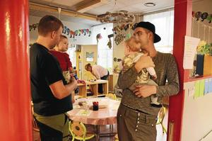 Pappor. Christian Björkman med Maja på armen berättar om Slangbellan för  Marcus Svankvist med dottern Molly, som är på besök för första gången.