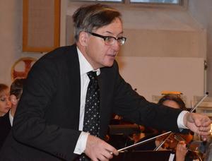 Dirigenten Per Svansbo leder den nybildade symfoniorkestern framåt.BILD: SAMUEL BORG