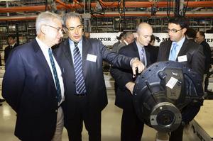Nöjd. Alex Mortali, Meritors affärschef i Europa, tvåa från vänster, var nöjd när han visade en växel för bland andra Bruno Linsolas, från Volvo.  BILD: INGVAR SVENSSON