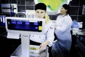 Johanna arbetar i fiskdisken på en livsmedelsaffär.