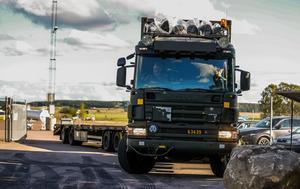 Här lämnar försvarets tunga transportfordon  plattan efter att ha lämnat sin last till flygplanet för vidare transport till Gotland.