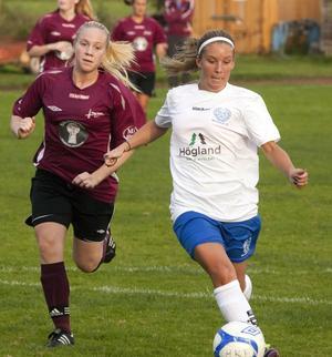 Beatrice Boström (till höger) gjorde 24 mål för Moliden i division 2 den gångna säsongen. Nu läggs laget ned.
