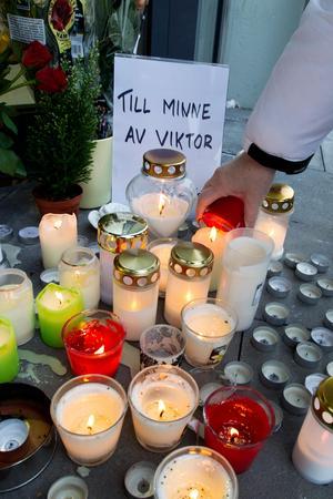 Många tände ljus och lämnade blommor utanför ingången till Lidl dagarna efter att Viktor hade gått bort.