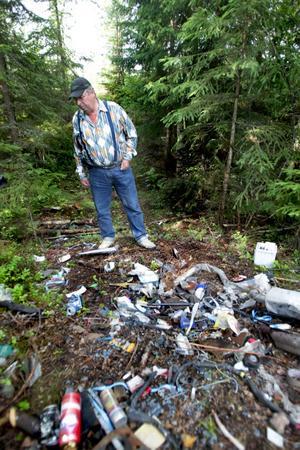 Sopstation. Kjell Hallgren menar att för dålig återvinnings-information av kommunen kan vara en av orsakerna till dessa olagliga sopstationer. Foto:Gunne Ramberg