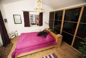 SJÖUTSIKT. Sovrummet har både en fönster- och en garderobsvägg.