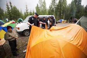 Koll. Polisen letade efter stöldgods i tälten, de hittade ingenting i själva lägret. Till vänster står tioårige Dancu, han är en glad pojke som har lärt sig lite svenska.