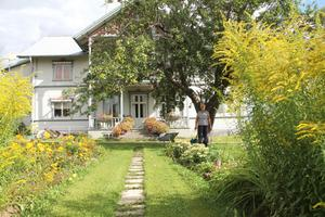 Ingrid Olsson visar den vackra trädgården, där allt växer så det knakar just nu.