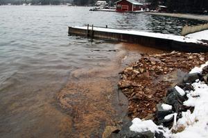 En del av oljan har sjunkit till botten invid strandkanten.