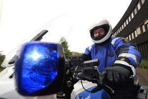 Tar sig fram. – Med motorcykel tar vi oss fram där polisbilarna inte kan köra. Men våra cyklar börja bli gamla, Sven-Erik Käck vid trafikpolisen i Dalarna. Foto:Kjell Jansson