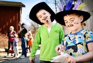 Godisgubbar. I hattar och målade mustascher hoppas Christopher Volke och Linus Lindén att de ska få mycket gott för sina påskbrev.