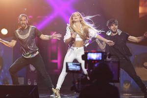 Don´t Stop med Isa, ösig pop med klassisk hårblås och fartfylld dans.