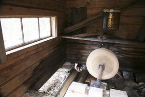 Den vattendrivna slipen har funnits på samma plats sedan 1800-talet. Ängersjöborna gick hit någon gång per år och drog i gång den för att slipa sina verktyg.