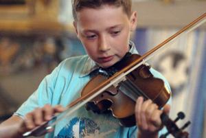 Adam Löfgren på fiol.