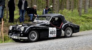 Tävlingens äldsta bil, en Triumph från 1954 med Hans-Göran och Maj-Lis Melander.