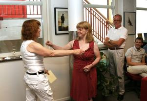 Journalistklubbens ordförande Linda Berglund kramade den avgående chefredaktören.